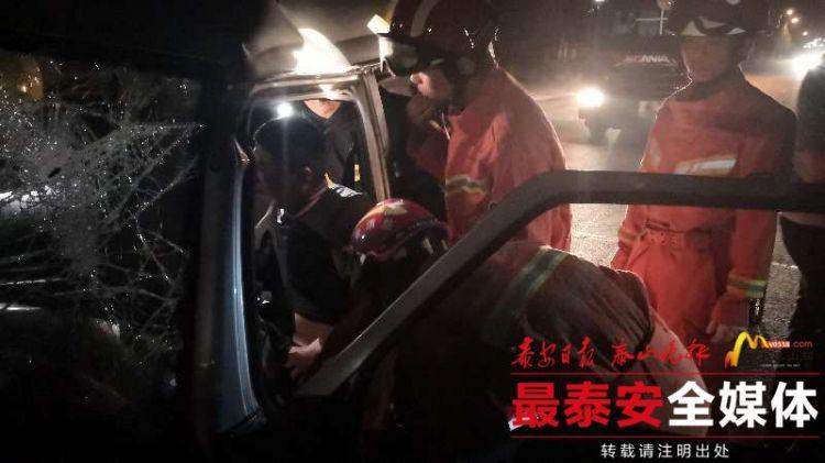 面包车撞向隔离带司机被困 泰安消防紧急救援