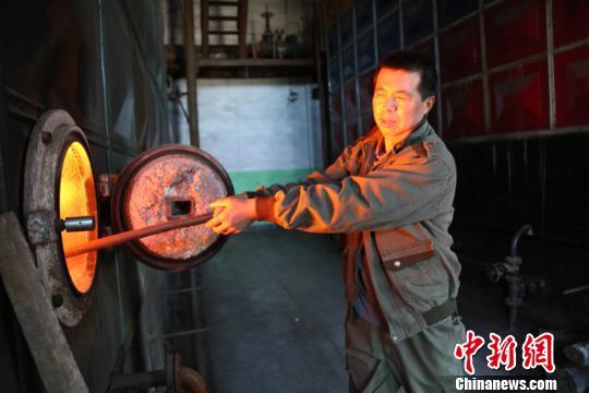 """南方艳阳高照北方已经穿貂 """"中国最冷小镇""""提前供暖"""