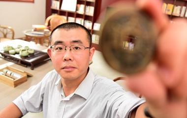 山东男子历时14年收藏万枚古钱币 自建博物馆