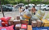 高校开学快递成堆 学生把衣物打包寄到校