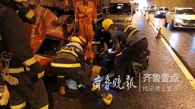 两辆半挂车莱芜一隧道内相撞!一人被困,消防破拆救援