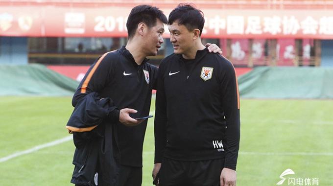 """山东鲁能训练备战 李霄鹏、郝伟""""密谈"""""""