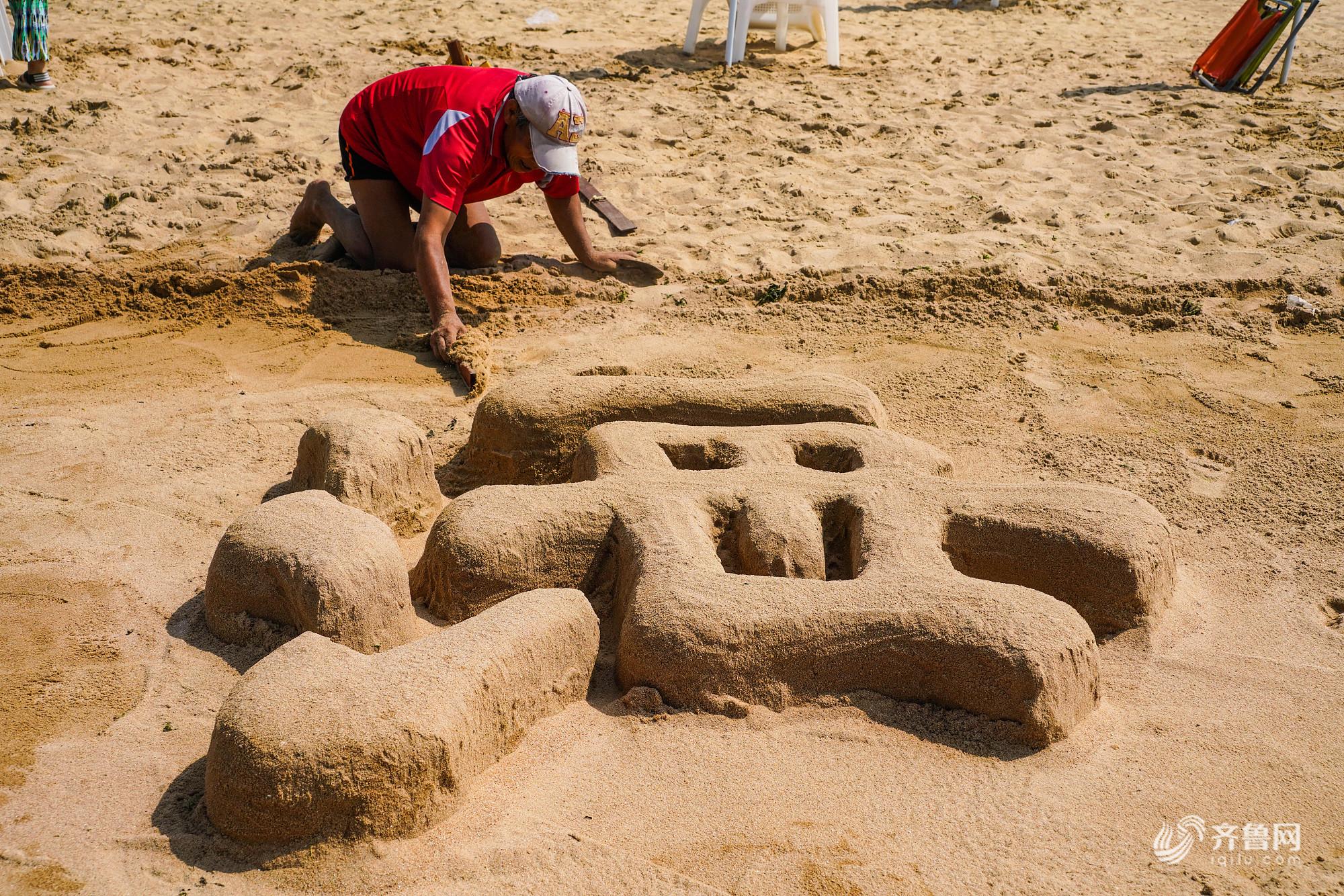 """探访青岛""""大地艺术家"""" 不用纸笔在沙滩堆字60年"""