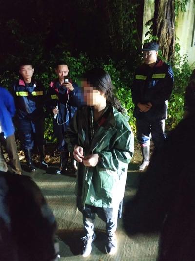 女大学生爬灵岩山被困 警方雨夜苦战7小时成功救援