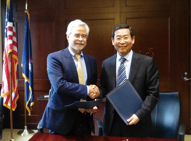 1毕宏生教授与美国纽约州立大学视光学院校长David Heath教授签署战略合作协议