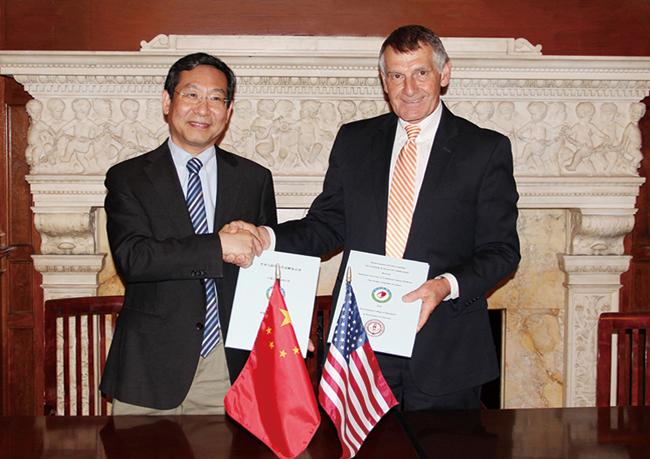 3毕宏生教授与美国新英格兰视光学院校长 Clifford Scott教授签署战略合作协议