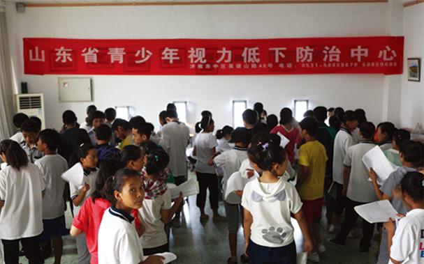 7学校查体现场 学生正排队检查视力