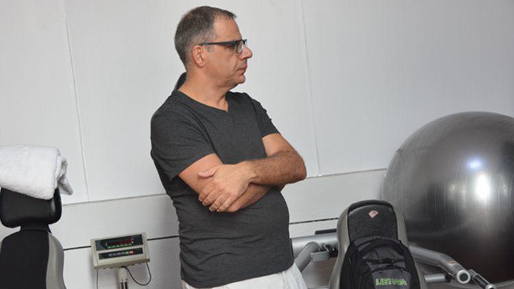 山东男篮希腊冠军助教到队 张庆鹏备战训练衣服抢眼