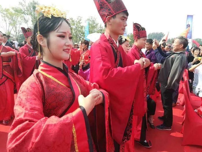 鱼台40对新人举行汉式集体婚礼
