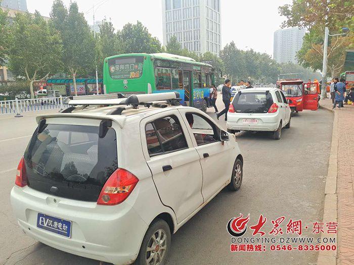 广饶:电动车公交站台内揽客 行人上下车危险升级