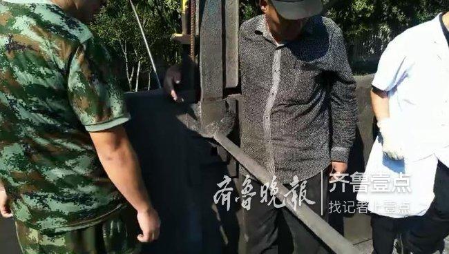 枣庄一男子卸煤炭时意外卡手指,消防帮忙取出