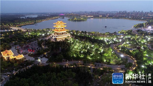 唐山市�zn/ycc�/&_这是唐山市南湖景区夜景(9月28日无人机拍摄).
