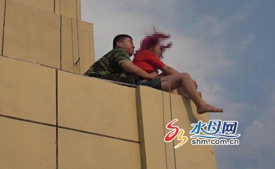 女子情绪不稳爬上30楼平台 福山消防官兵惊险救援