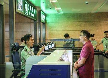 确保国庆通关畅通 烟台机场边检站开启7条出入境自助查验通道