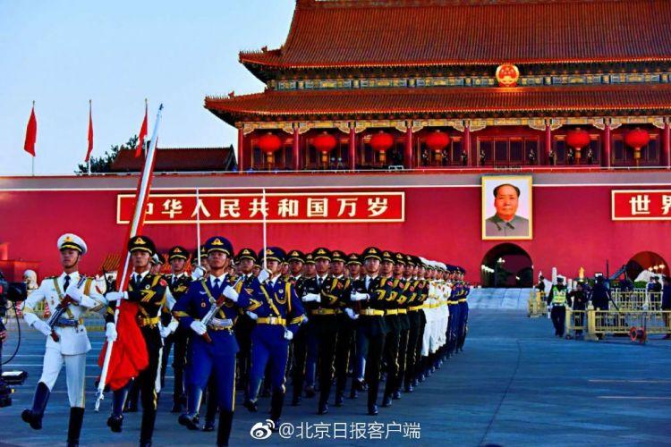 天安门广场举行升旗仪式 14.5万人现场观看