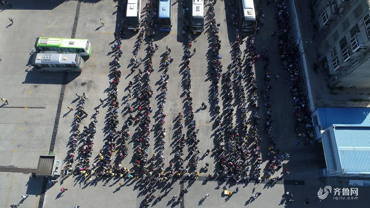 济南:国庆假期文明出行 千人长队秩序井然