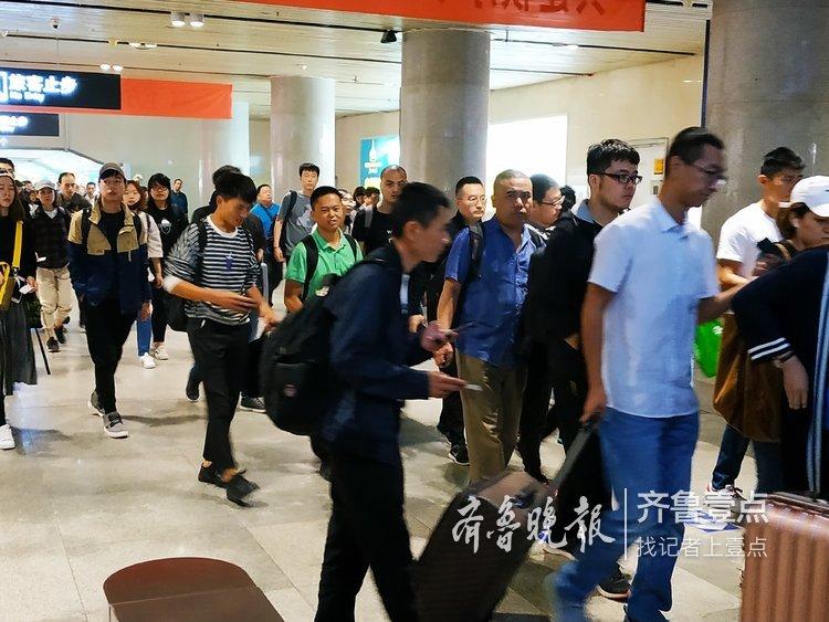济南火车站四部自动扶梯开足马力迎宾客