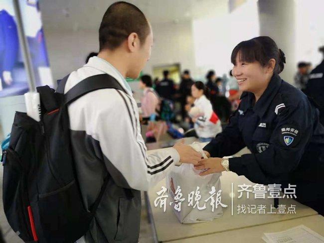 """济南火车站安检口成丢失""""重灾区"""" ,一上午捡十余包裹"""