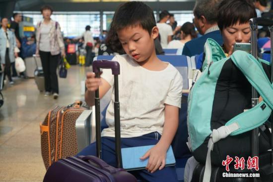 """国庆""""黄金周""""迎出行高峰 中国民众乐在旅途"""