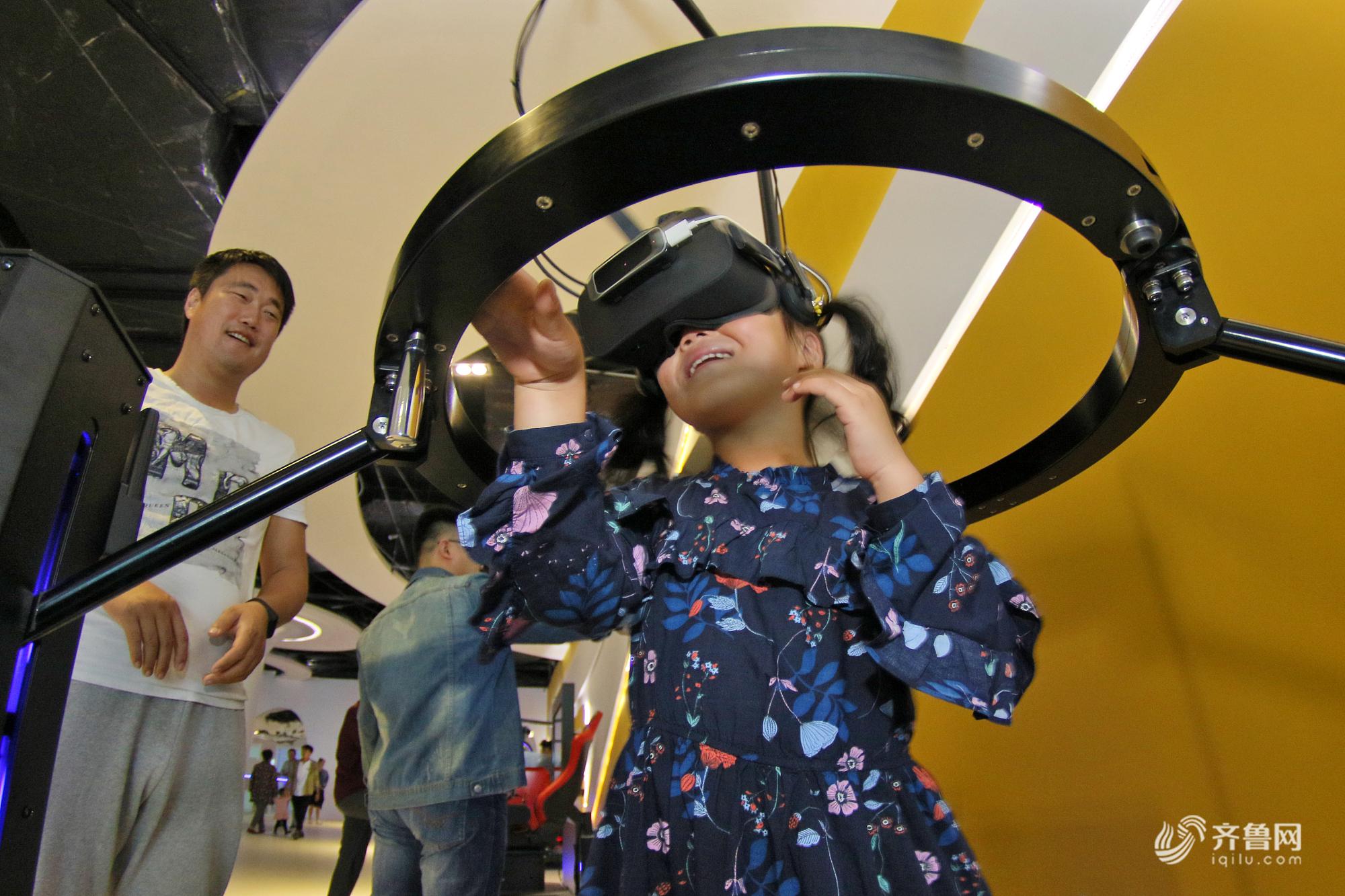 烟台市民VR体验馆里乐享假期 体验虚拟现实世界