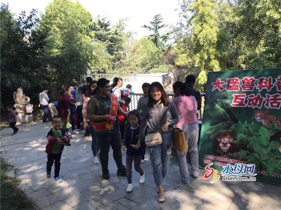 国庆假期市民外出游玩多 南山公园动物宝宝们卖萌