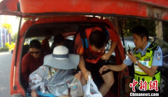 未买到登涠洲岛船票 13名游客挤进面包车乘快艇被截停