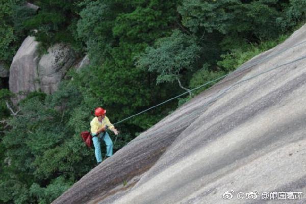 景区悬崖捡垃圾的清洁工:一根绳索走峭壁