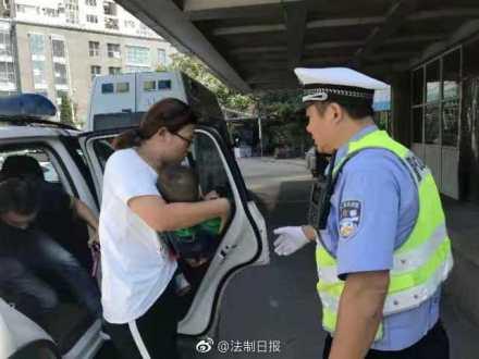 点赞!一岁娃挤断手指 青岛交警高速路上接力送医