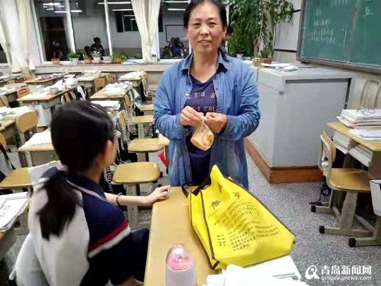 【身边的感动】青岛妈妈刘淑玲:做女儿的腿 抱她走下去