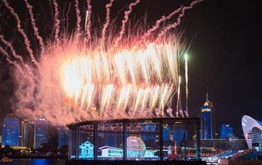 """我爱你中国!青岛国庆假期主题灯光秀""""超燃""""上演"""