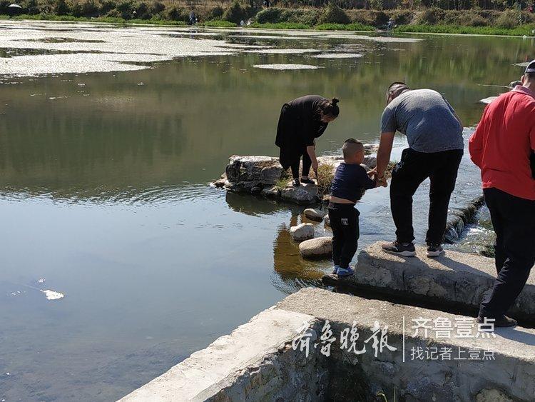 热门景区挤油油,济南玉符河源头享清闲