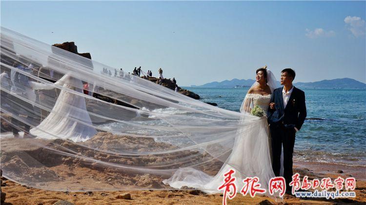 """组图:新人扎堆青岛拍摄婚纱照 前海变""""幸福海岸线"""""""