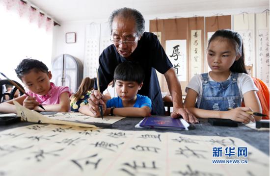 """【身边的感动】83岁""""书法爷爷""""近10年免费辅导200余人"""