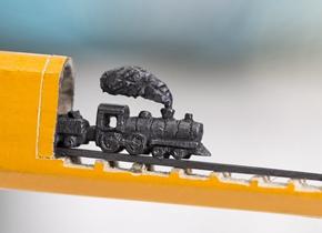 指尖上跑火车!雕刻家用铅笔打造微缩雕塑