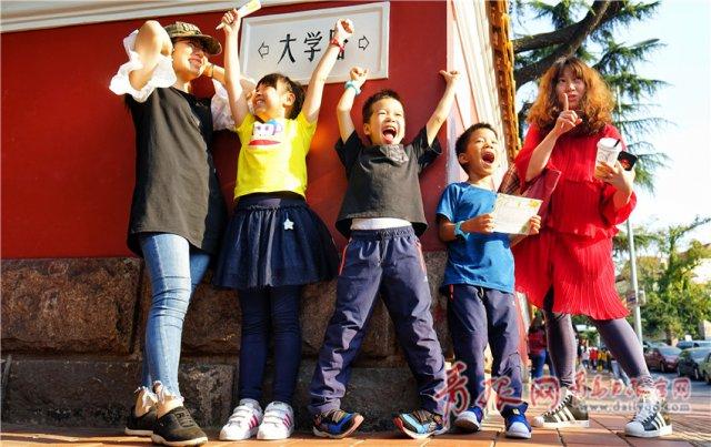 国庆假期大学路真火爆 游客拖着行李网红墙打卡