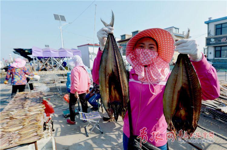 青岛渔村晒秋收获季 数不尽的海鱼成独特风景线(图)