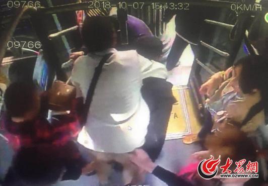 济南一市民突发心脏病 公交车变身救护车