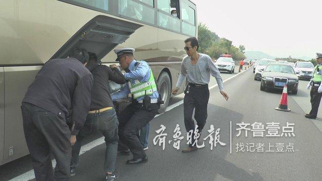 返济路上,大客车高速上抛了锚,交警转移滞留乘客