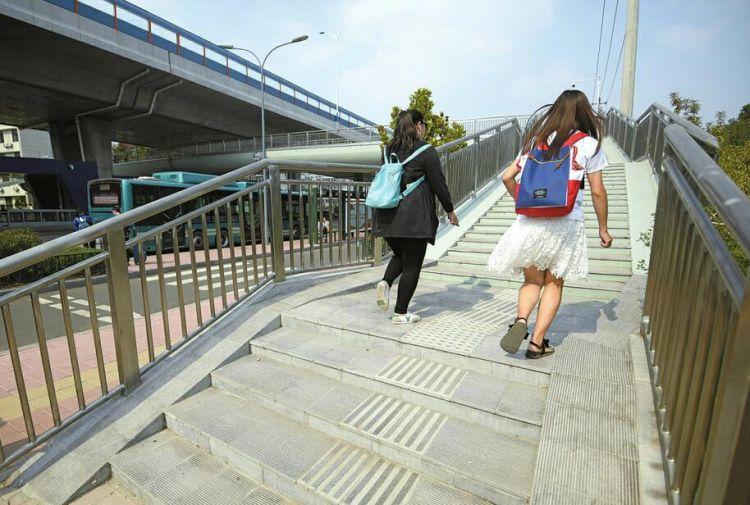 二环东路新过街天桥直通BRT站台