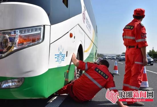 临沂高速:客车高速路上抛锚 养护人员及时救助