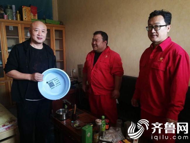 郭明刘璐走访前果村村书记安良