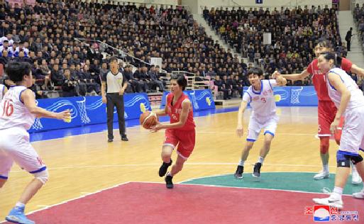 中朝女篮在平壤举行混合赛 姚明亮相赛场