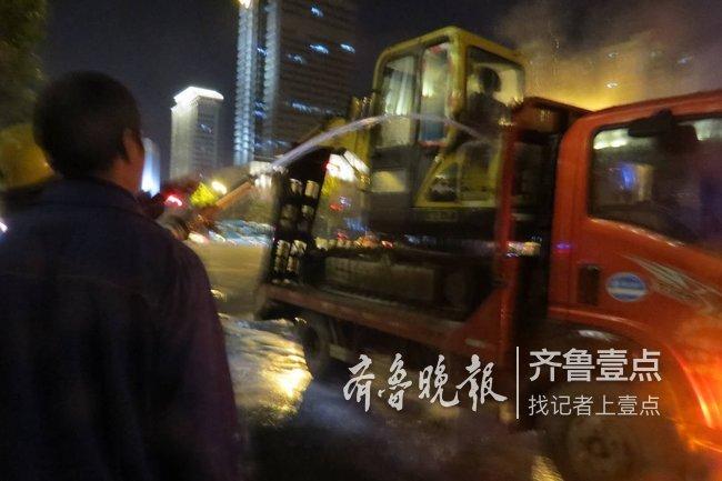 济南经十路上一挖掘机昨夜突然起火!消防紧急救援