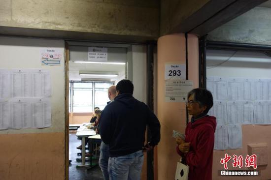 巴西总统选举第一轮后首次民调:右翼候选人领先