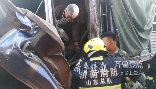 济南俩大货追尾,后车车头被挤压进去一半困住驾驶员