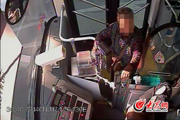 济南一七旬老人忘了家在哪 公交车上急哭