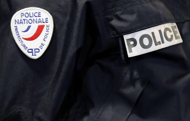 巴黎街边男子被路桩戳伤 警方疑似偷拍事故影像