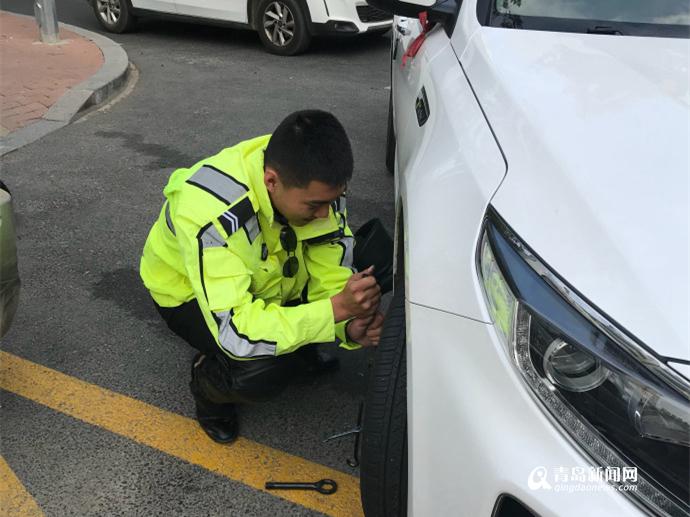 交警小伙路边帮换胎 车主偷偷拍照发帖点赞(图)