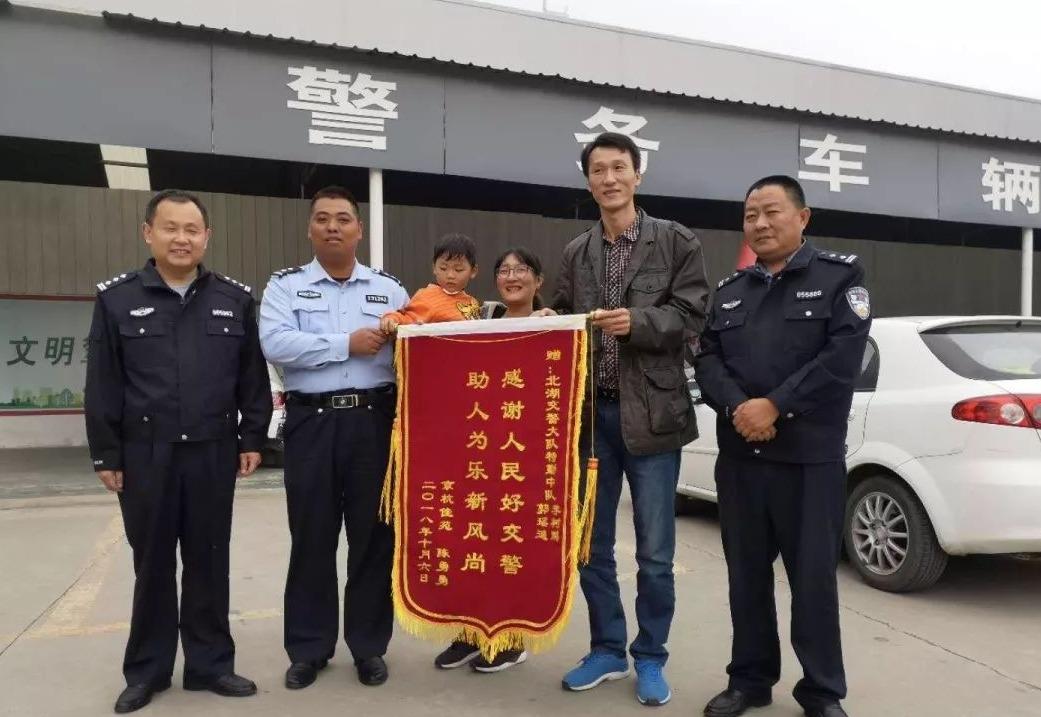 济宁北湖交警全速开道护送受伤男童