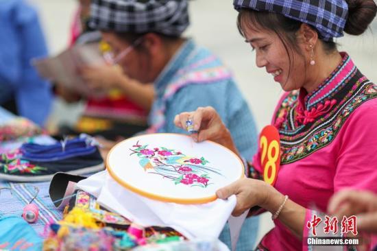 """贵州""""指尖经济""""妇女特色手工产业产值5年累计达60亿元"""